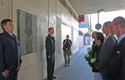 In ehrenvollem Gedenken an die Opfer des Explosionsunglücks legen Bürgermeisterin Regine Kramarek, Feuerwehrdezernentin Rita Maria Rzyski und Detlef Steinwedel von der DB AG an der öffentlichen Gedenktafel in der Bahnunterführung Ricklinger Stadtweg ebenfalls Blumen nieder.