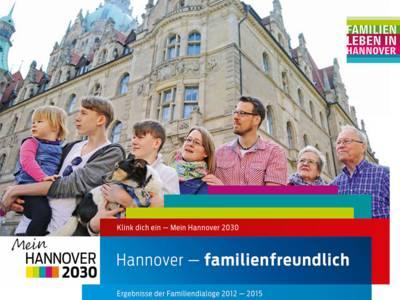 """Das Broschürencover von """"Hannover-familienfreundlich: Ergebnisse der Familiendialoge 2012 bis 2015"""" zeigt eine Familie mit Großeltern, Eltern, drei Kindern und einem Hund vor dem Neuen Rathaus in Hannover"""