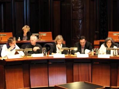 Fünf Personen sitzen im Hodlersaal nebeneinander hinter Pulten.