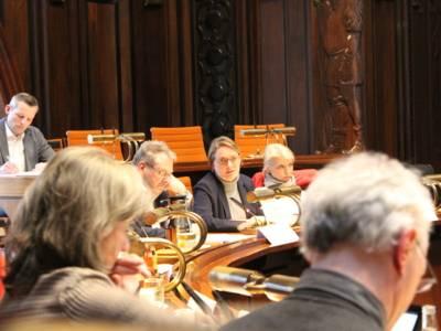 Eine Frau sitzt im Hodlersaal an einem Pult im Hodlersaal des Neuen Rathauses.