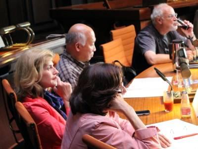 Fünf Personen - drei Frauen und zwei Männer - sitzen im Hodlersaal.
