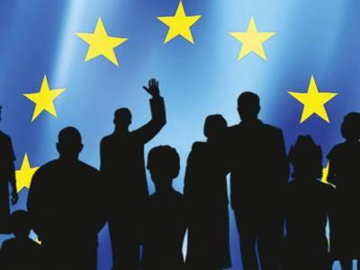 Dunkle Silhouetten zeigen die Umrisse von neun Personen. Im Hintergrund sind in einem halbkreisförmigen Bogen Sterne zu erkennen - ähnlich wie bei der EU-Flagge.