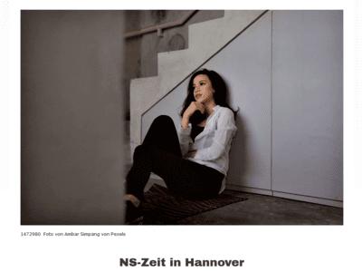 Foto einer Jugendlichen, die auf dem Boden sitzt.