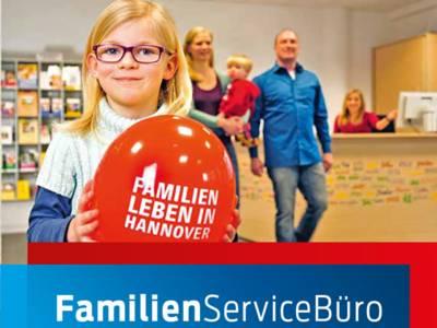 """Titelbild des Faltblatts """"Informationen rund ums Familienleben"""" des FamilienServiceBüros, auf dem eine Familie im FamilienServiceBüro zu sehen ist."""