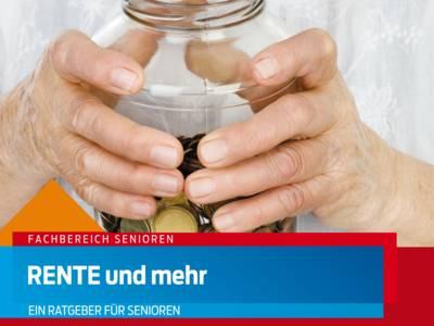 Hände einer älteren Person umfassen ein Glas mit Kleingeld