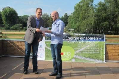 Christian Schaefer übergibt die Abschlussurkunde an den ERC Vorsitzenden Holger Jakobs
