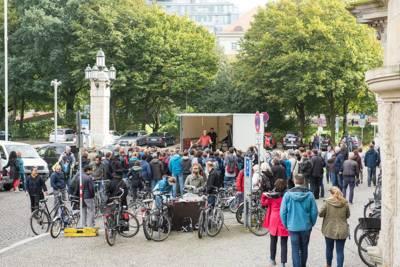 Vor dem Rathaus werden Bastelräder vom Fundbüro Hannover versteigert.