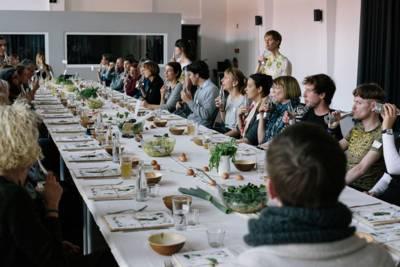 Gruppenfoto der Teilnehmerinnen und Teilnehmer beim Essen im Rahmen der Veranstaltung Sprouts and beets