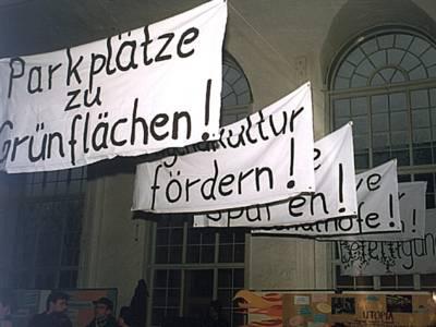 Transparente mit verschiedenen politischen Forderungen sind im Rathaus aufgehängt