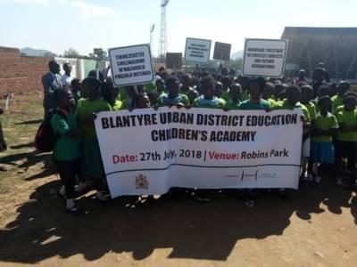 Schülerinnen und Schüler machen mit Plakaten und Transparenten auf ihre Aktion aufmerksam.