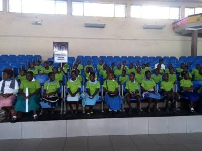 Schülerinnen und Schüler aus Blantyre folgen während eines Workshops einer Präsentation.