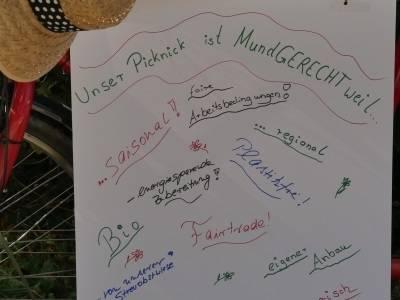 Auf einem Plakat stehen verschiedene Stichworte für ein nachhaltiges Picknick.
