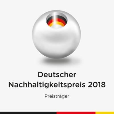 """Logo des Deutschen Nachhaltigkeitspreises - eine Kugel, in deren Zentrum die Farbigkeit der deutschen Fahne (schwarz, rot, gold) zu sehen ist, darunter das Wort """"Preisträger"""""""