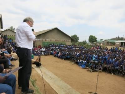 Bürgermeister Thomas Hermann spricht vor zahlreichen Schülerinnen und Schülern einer Schule in Blantyre, Malawi.