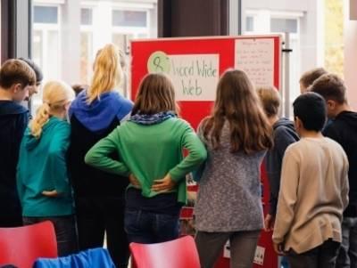 Kinder stehen vor einer Moderationswand