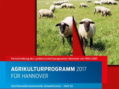 """Auf dem Titelbild der Broschüre """"Agrikulturprogramm 2017 für Hannover"""" sind Schafe auf einer grünen Wiese zu sehen."""