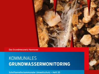 """Ausschnitt aus der Broschüre """"Kommunales Grundwassermonitoring"""", auf dem im Hintergrund ein kleines, fast durchsichtiges Wassertier zu sehen ist."""