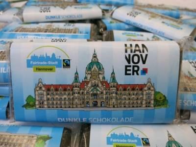 Nahaufnahme von Schokolade mit dem Fairtrade-Stadt Hannover-Siegel
