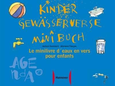 """Zeichnung, auf der ein Ball, eine Badewanne, ein Wasserhahn, ein Glas Wasser und ein Wasserschlauch zu sehen sind. In der Mitte der Titel """"Kinder-Gewässerverse-Minibuch deutsch-französisch"""", außerdem das Agenda21-Logo und das Logo der Landeshauptstadt Hannover"""