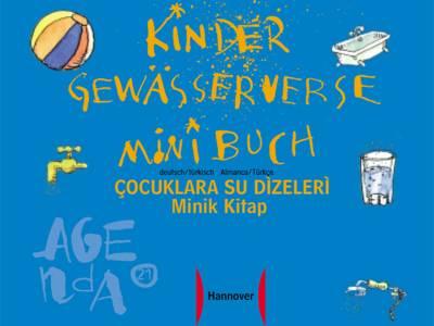 """Zeichnung, auf der ein Ball, eine Badewanne, ein Wasserhahn, ein Glas Wasser und ein Wasserschlauch zu sehen sind. In der Mitte der Titel """"Kinder-Gewässerverse-Minibuch deutsch-türkisch"""", außerdem das Agenda21-Logo und das Logo der Landeshauptstadt Hannover"""