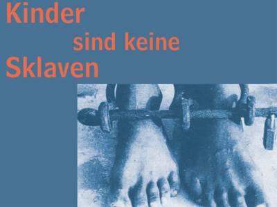 """Das Cover der Broschüre """"Kinder sind keine Sklaven"""" zeigt angekettete Füße"""