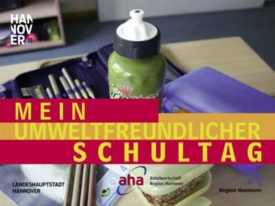 Schulutensilien auf einem Schreibtisch - Pausenbrot, Hefte, Stifte, Etui, Getränkeflasche