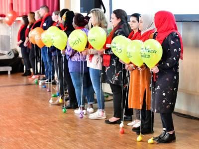 Die Stadtteilmütter und Stadtteilväter präsentieren die Statistik mit Hilfe von bemalten Luftballons