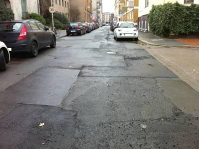Eine mehrfach geflickte Straßendecke