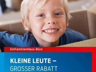 """Das Titelbild zum Flyer """"Kinder-Bauland-Bonus"""" des Einfamilienhausbüros zeigt einen Jungen, der in einer Umzugskiste sitzt"""