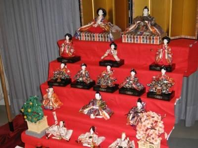 Filigrane japanische Figuren, die auf einem Podest angeordnet sind