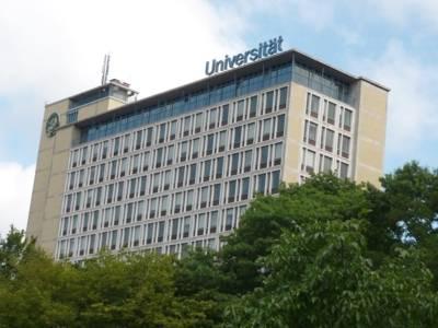 Blaue Buchstaben auf dem Dach des Conti-Campus formen das Wort Universität