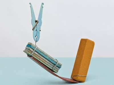 Eine Wäscheklammer auf einem abstrakten Holzkonstrukt.