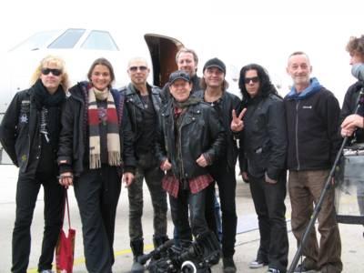 Musiker mit einem Filmteam.