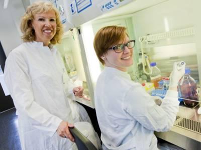 Zwei Frauen in Kitteln in einem Labor