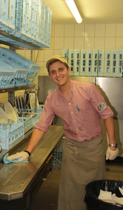 Junger Mann in einer Küche.