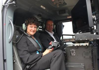 Eine Frau und ein Mann in einem Helikopter.