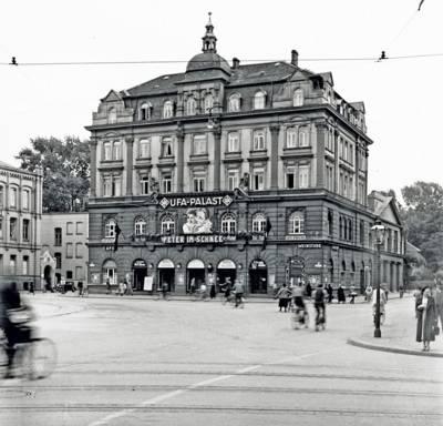 """Ein älteres Gebäude mit der Aufschrift """"Ufa-Palast""""."""