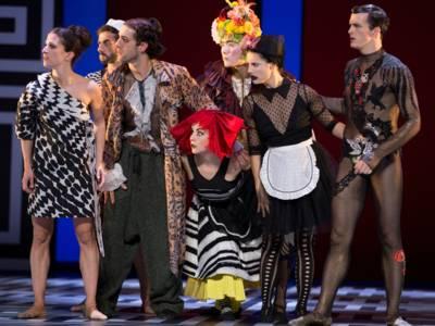Bunt kostümierte Tänzerinnen und Tänzer.