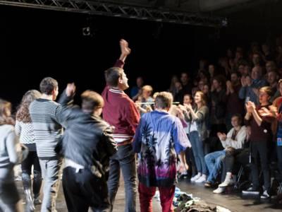 Jugendliche auf einer Bühne.