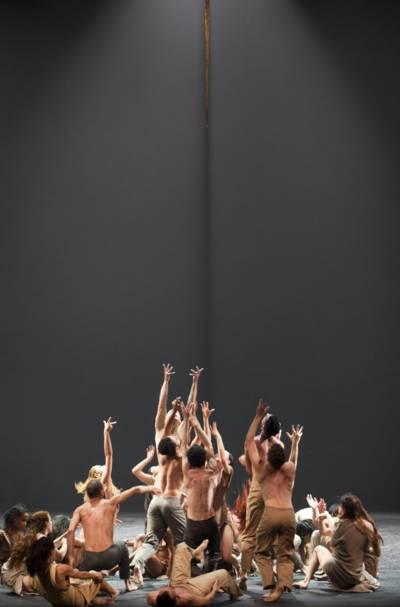 Ballettensemble, das nach oben blickt.