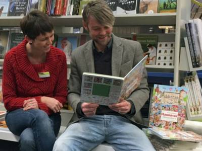 Eine Frau und ein Mann lesen in einem Buch.