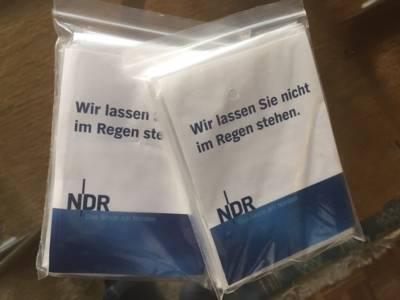 Zwei kleine Plastiktüten mit Regencapes.
