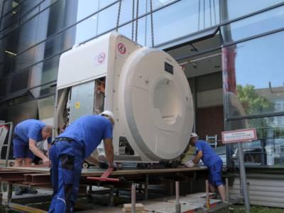 Bauarbeiter mit einer großen medizinschen Apparatur