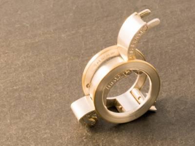 Ring, der einem Rollstuhl ähnelt