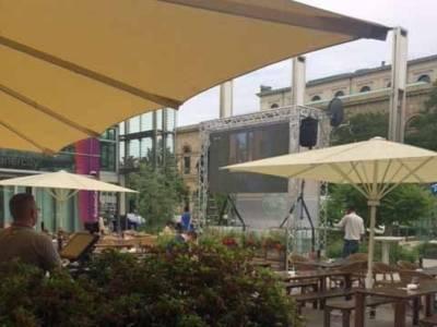 Großbildschirm an einem Gastronomie-Außenbereich