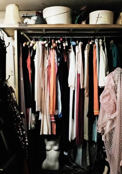 Ein voller Kleiderschrank