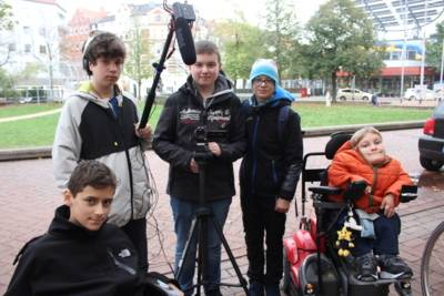 Kinder mit Filmequipment