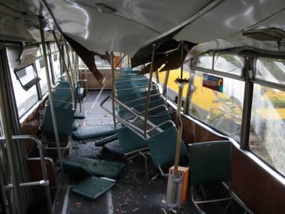 Zerstörte Inneneinrichtung einer Straßenbahn