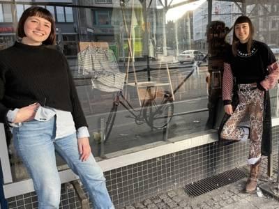 Zwei Frauen vor einem Schaufenster