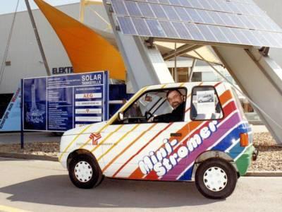 Kleinwagen vor Solarzellen